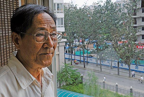鮑彤呼籲林鄭下台 民選特首和立法會(AFP)