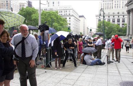 27日下午,聯邦法庭前聚滿了媒體記者,在雨中等蕭華出庭。