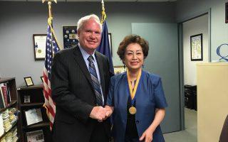 華裔朱寶玲獲「自由勳章」紐約議員艾維樂頒獎