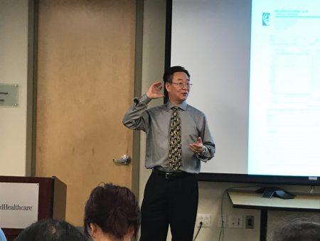 在讲座上,助听器专家李孔耀介绍如何选择助听器。