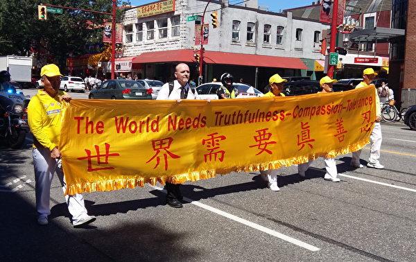 7月14日,温哥华绿色正义党的总监Dennis Watson先生加入法轮功学员反迫害游行。(摄影:何清心)