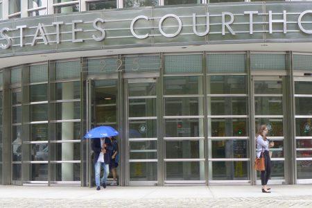 为了躲避记者拍照,林素明出法庭大门后又迅速缩回去,然后打着把雨伞(并未下雨)出来,匆匆离去。