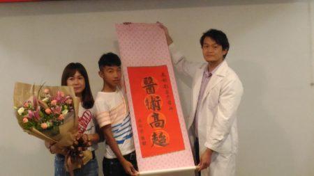沈小弟和媽媽感謝整型外科醫師劉昌杰(右)醫術高超。