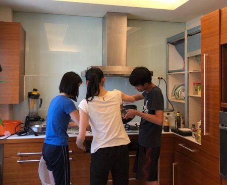 三個小孩回家爭著做家事