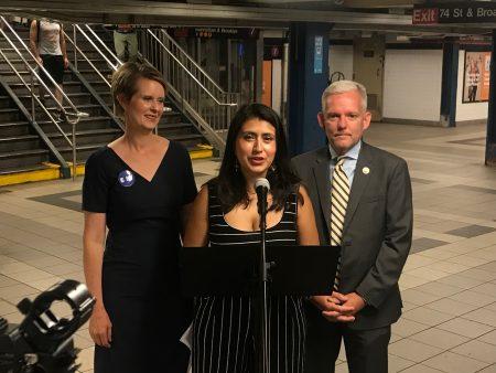 紐約州長候選人尼克森(左一)、第13選區州參議員候選人拉莫斯(中間說話者)和市議員布拉莫(右一)20日連袂抨擊州府罔顧民眾的性命安全,迫使民眾忍受劣質的地鐵服務。
