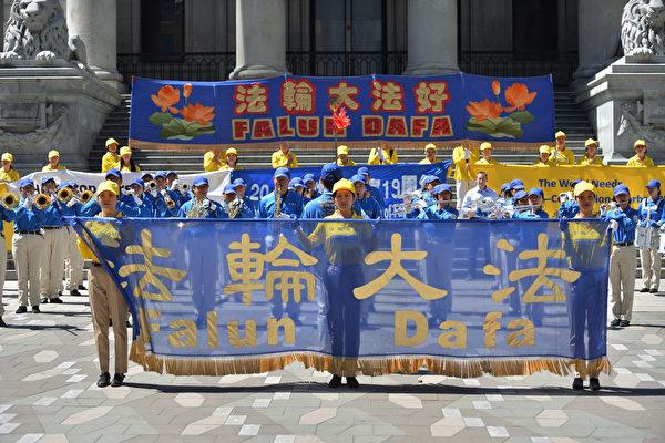 7月14日下午,溫哥華地區部分法輪功學員及其支持者在溫哥華市中心羅賓遜廣場集會,紀念法輪功反迫害19週年。(大宇/大紀元)
