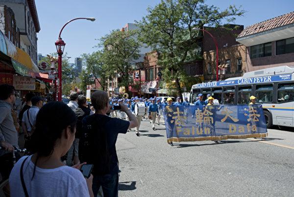 法輪功學員遊行隊伍途經溫哥華中國城。(大宇/大紀元)