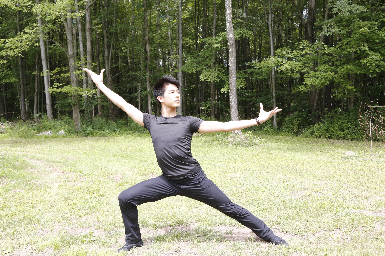 神韻藝術團舞蹈演員、第七屆「全世界中國古典舞大賽」金獎得主陳柏維接受大紀元專訪。(施萍/大紀元)