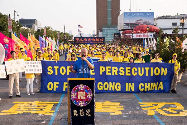 中国自由作家张林指出,他因从事民主运动被关押在广州赤泥劳教所时,亲眼目睹身边的法轮功学员坚定、勇敢维护信仰,他与他们结下深厚友谊。在大陆,他一直通过法轮功学员开发的翻墙软体,了解自由社会的信息。(戴兵/大纪元)
