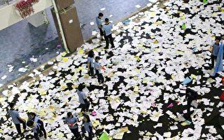 高考前,大陸多地高三生瘋狂撕書釋放壓力。大陸學生不喜歡讀書嗎?圖為2018年7月海南一中學撕書後的情景。(AFP)