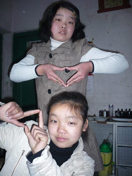 蔣立宇(前)和姐姐蔣煉嬌(後)。2010年攝於蔣立宇家鄉。(蔣煉嬌提供)