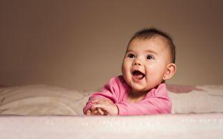 萌娃大眼盯着妈妈 听到歌声笑成弯月眼