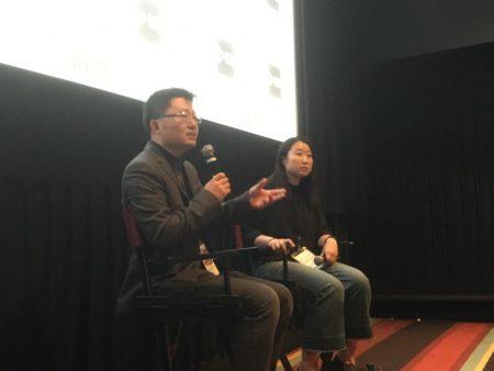 """""""皮博迪奖""""获奖导演李云翔在《求救信》放映后答观众问。"""