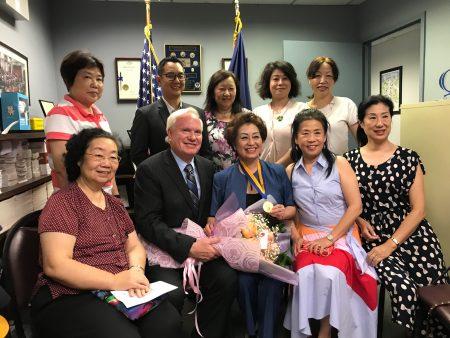 """30多年在教育上帮助华人的朱宝玲(前排左三)获州参议会颁发""""自由勋章"""",由州参议员艾维乐(前排左二)代表参议会颁发。"""
