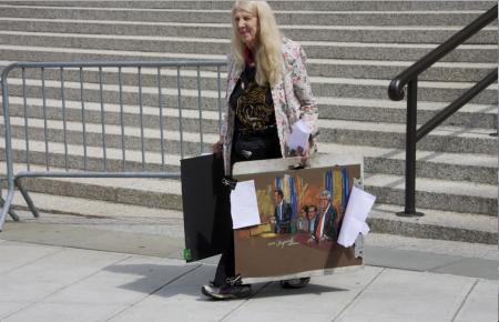 一位畫師從法庭走出,手中畫下的法庭場景。