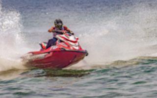 开心游湖险灭顶 水上摩托车即刻救援