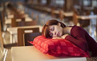 調查:三成澳人睡眠不足 睡前玩電腦手機