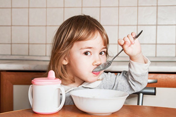 儿童吃东西