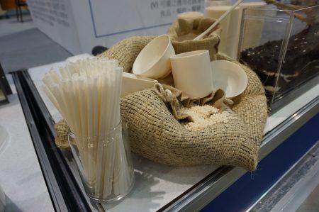 衍鋐機械投入上千萬成本,研發植物澱粉複材開發的各類生活用品,提供民眾限塑後環保吸管替代選擇。