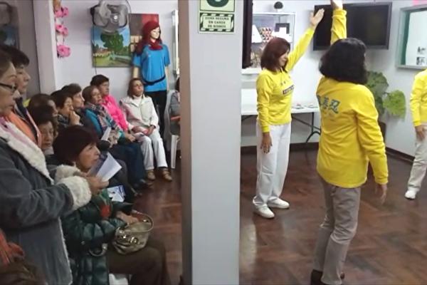 秘魯國家電視台拍攝法輪功學員現場教功活動。(明慧網)