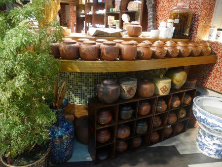 店内展示陶瓷艺术作品