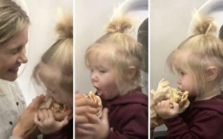 小女孩尝了一口美味汉堡 接下来表现超经典