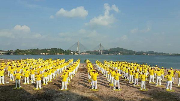 2018年印尼法輪功心得交流會後,法輪功學員在Jembatan Barelang附近煉功。(Angel Wawa提供)