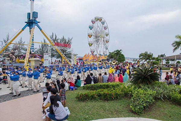 2018年印尼法輪功心得交流會前夕,法輪功學員在巴淡島最大的遊樂場Costarina遊行。圖為民眾觀看遊行。(Hardin Pang提供)