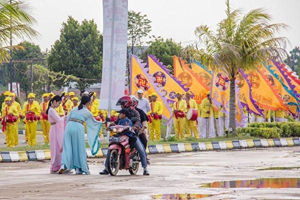 2018年印尼法輪功心得交流會前夕,法輪功學員在巴淡島最大的遊樂場Costarina遊行。圖為儀仗隊。(Hardin Pang提供)