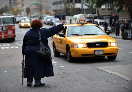 图为民众路边拦出租车。