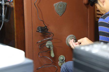 日本電視台使用特殊器具進行解鎖任務