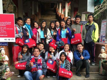 力挺中華民國,泰國清邁孟安聖心中學校書包,以「中華民國」國旗做封面。