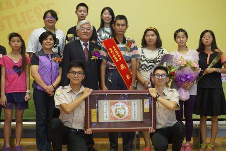 由云林家扶推荐的模范父亲,58岁的高木源,在家人的陪伴下,接受县长李进勇的表扬。