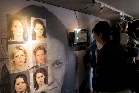 民眾參觀「藥不藥‧一念間」反毒行動博物館特展。