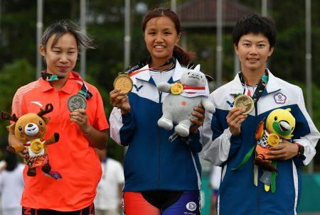 李孟竹(中)、杨合贞(右)在女子滑轮溜冰分获金牌、铜牌。