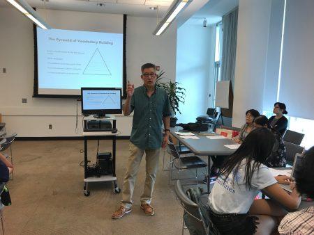 美東中英雙語教育學會副會長、ESL老師彭為民講解新移民學生如何準備應考SAT。