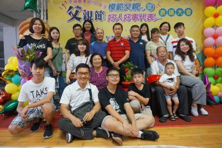 获得好人好事代表的李崇宏全家福。