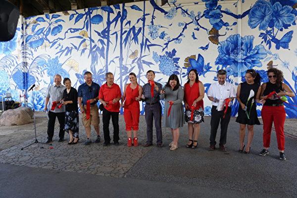 华埠谭继平公园首幅壁画揭幕