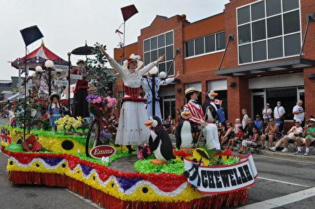 美丽的花车上表演着童话世界的歌舞。(摄影:唐风/大纪元)