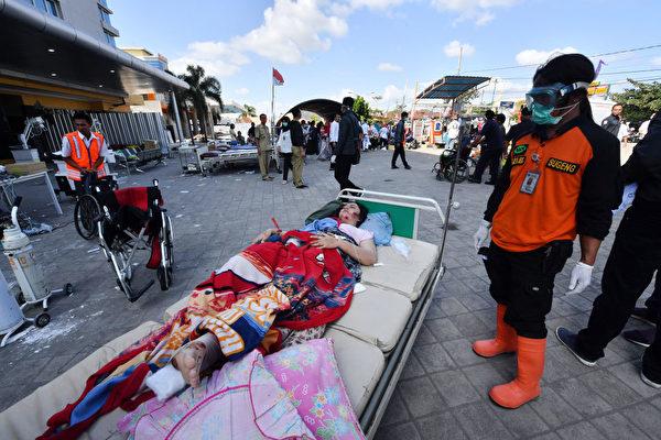 龙目岛地震后,出现人员伤亡。 (ADEK BERRY/AFP/Getty Images)
