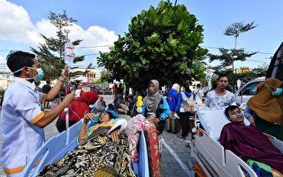印尼龙目岛地震后,人员伤亡严重。图为需要救济的民众。 ( ADEK BERRY/AFP/Getty Images)