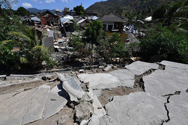 龙目岛地震后,出现地面裂缝。 (ADEK BERRY/AFP/Getty Images)