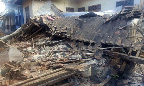 龙目岛地震后,出现房屋倒塌。 (GIN SUGI/AFP/Getty Images)