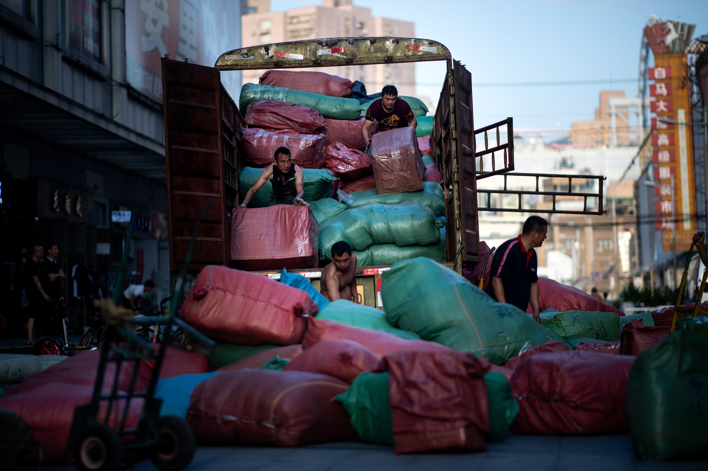 美國官員似乎認為,他們在美中貿易戰中佔據上風,因為中國經濟正在困境中掙扎。從中共採取的一系列刺激增長的舉措來看,中共官員私下裏也是這麼想的。問題是,這些刺激措施不會讓中國增長困境消失。(JOHANNES EISELE/AFP/Getty Images)