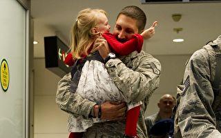 爸爸终于回来了!小女孩抱住后不肯放手
