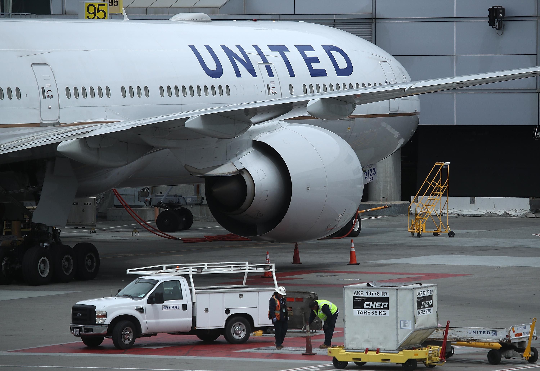 因應中共對於修改台灣名稱的要求,美國聯合航空改採以貨幣區分中港台三地,連中國都消失了。圖為2018年4月18日,在加州三藩市機場的一架聯合航空飛機。(Justin Sullivan/Getty Images)