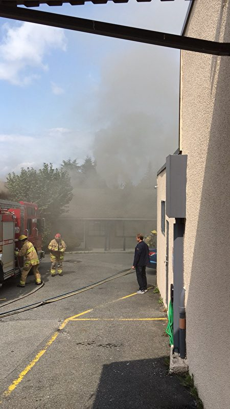 Kingsway一民房着火,浓烟滚滚。(艾薇/大纪元)