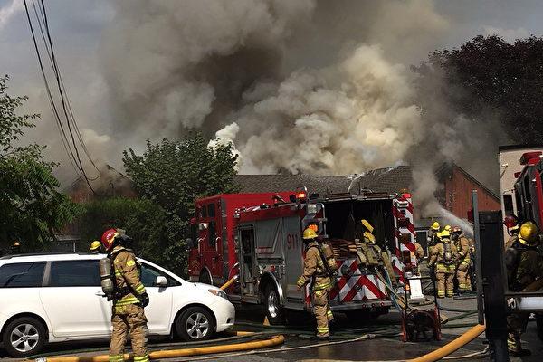 Kingsway一民房著火,濃煙滾滾。(艾薇/大紀元)