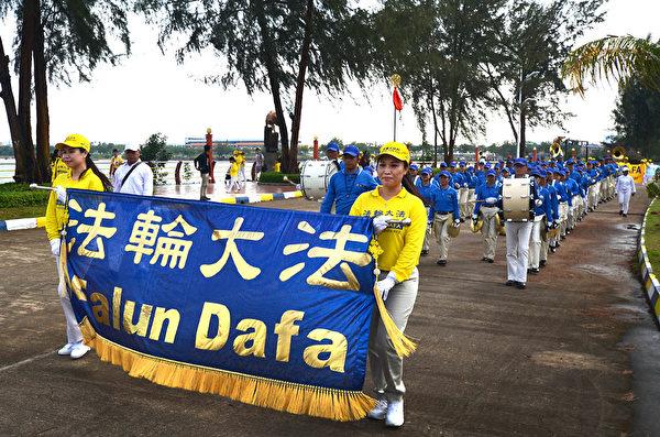 2018年印尼法輪功心得交流會前夕,法輪功學員在巴淡島最大的遊樂場Costarina遊行。頭陣是天國樂團。(Wayan Diantha 提供)