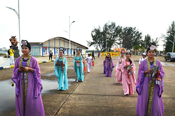 2018年印尼法輪功心得交流會前夕,法輪功學員在巴淡島最大的遊樂場Costarina遊行。圖為仙女隊。(Wayan Diantha 提供)